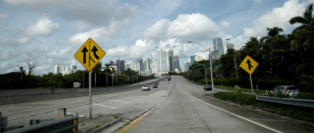 Manejar en una autopista en Miami requiere atención extrema.