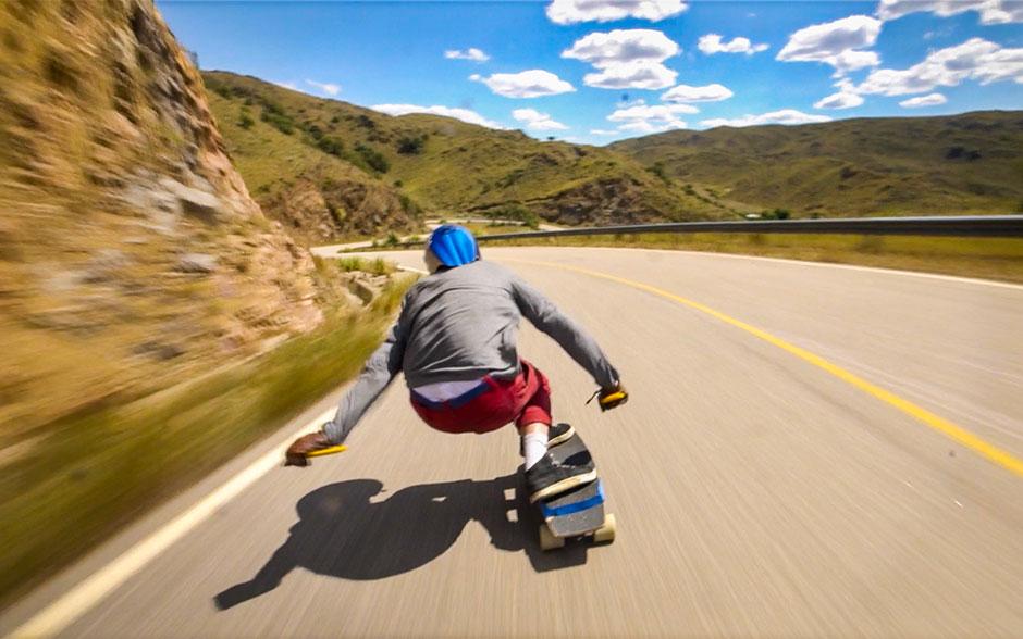 Juan practica downhill levantando velocidades superiores a los 75 kilómetros por hora.