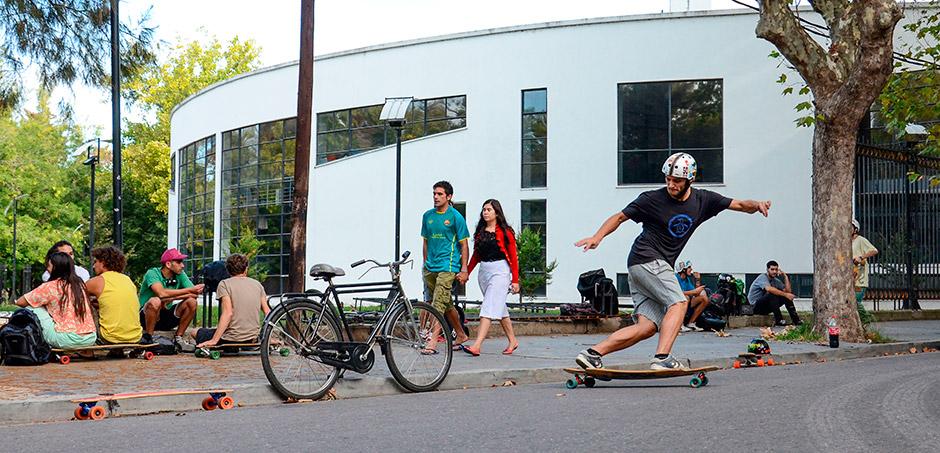 """Lucas pasando el rato en """"El Point de 50"""", un espacio al aire libre para patinar y compartir unos mates con amigos. Foto: Damián Guerrero."""