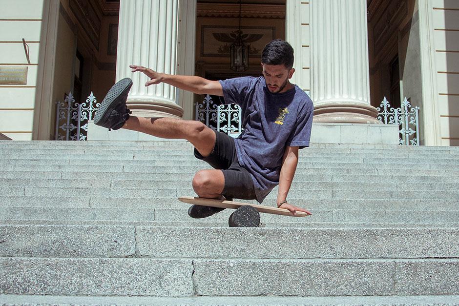 Nico Aón practicando formas junto a su balance board en las escalinatas del Museo de Ciencias Naturales de La Plata.