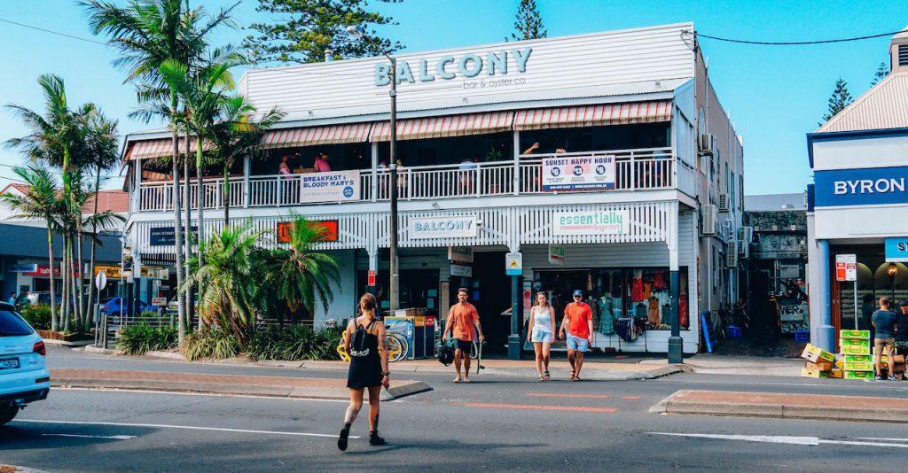 Lawson St es la calle más céntrica del lugar, donde hay tiendas y cervecerías con happy hour.