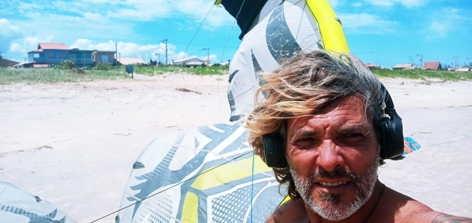 Javier preparando el equipo de kite en la playa de Unamar, Brasil.