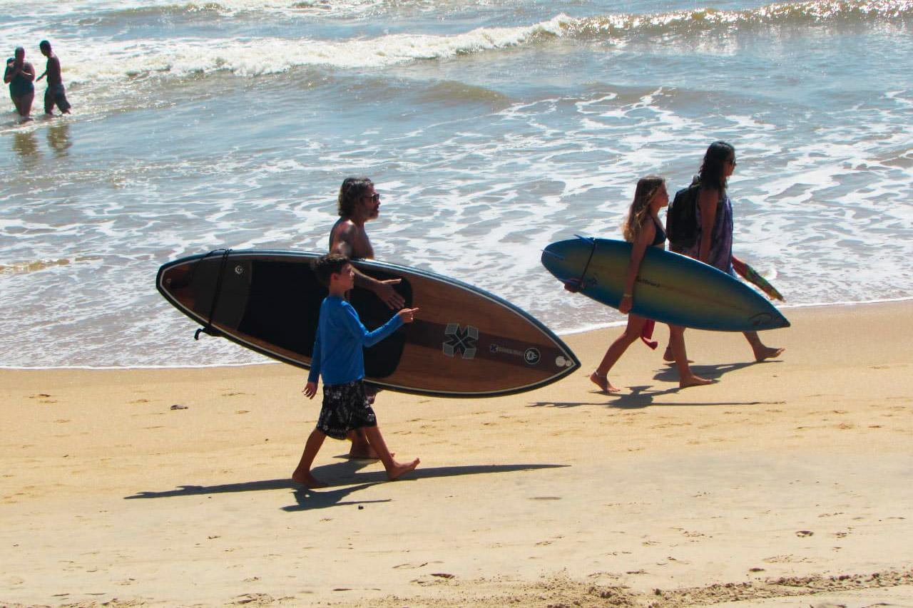 Una de las actividades diarias de la familia Oliva es ir a la playa para practicar surf, siempre y cuando las olas lo permitan.